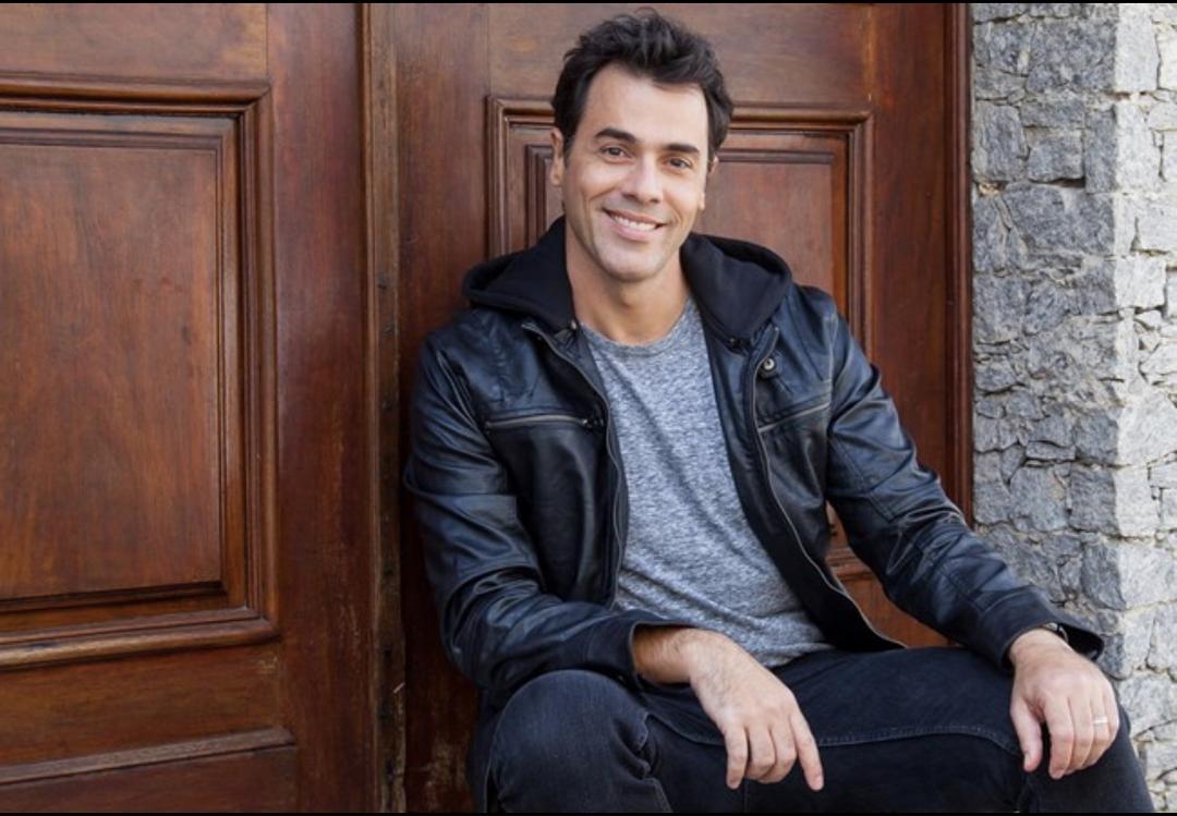 Claudio Lins volta ao palco curitibano e impressiona o público pelo talento, carisma e semelhança com o pai